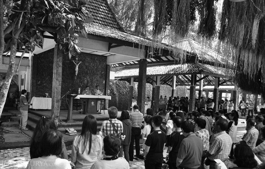 Suasana Misa di Gua Maria Sendang Sriningsih