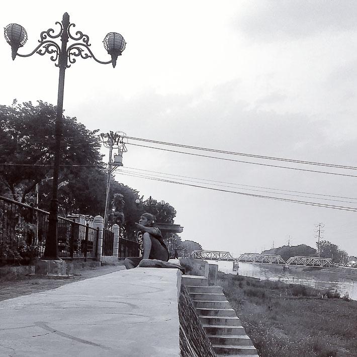 Rel Ganda PT KAI diatas Banjir Kanal Barat