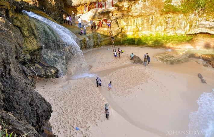 Pantai Banyutibo - Pacitan