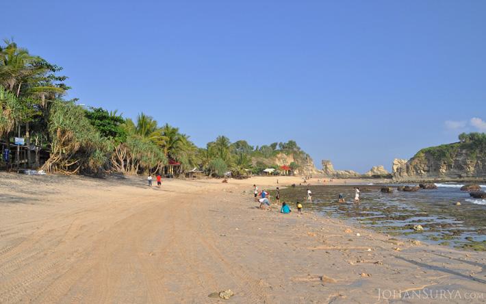 Wisata Pantai Favorit Keluarga Jawa Timur - Pantai Klayar