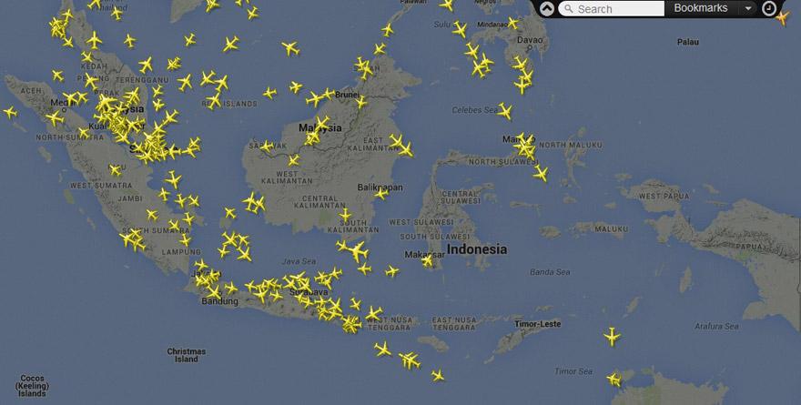 Jalur Penerbangan Pesawat di Seluruh Dunia dari FlightRadar24.com